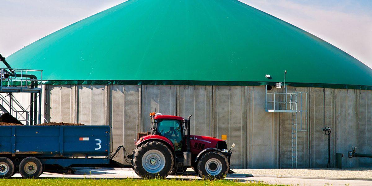 Traktor vor Faulturm - Biogas